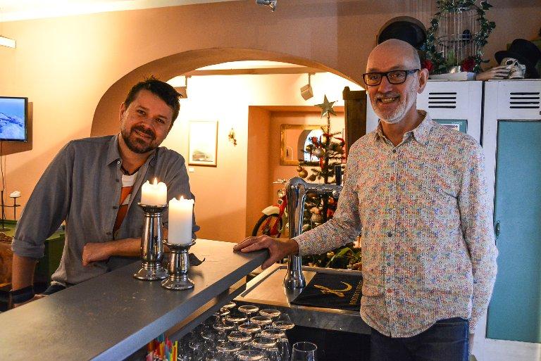 MUSIKKPUB: Her i entrébaren inviterer Dag Brandth (t.v.) og Adrian Plaskett til musikkpub 12. januar. – Da kommer Haldens egen Hege Brynildsen, sier paret som eier Den gamle kommandant.