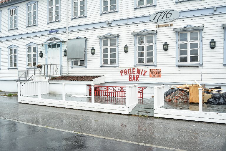 SATSER: Tidligere Fredrikshald bar blir nå Phoenix bar. – Vi tenker på stedet som en phoenix fugl som aldri dør, men reiser seg fra asken. Her har det vært mange eiere tidligere, men vi har tro på at dette skal gå bra, sier innehaver Laura Rumbutyte.