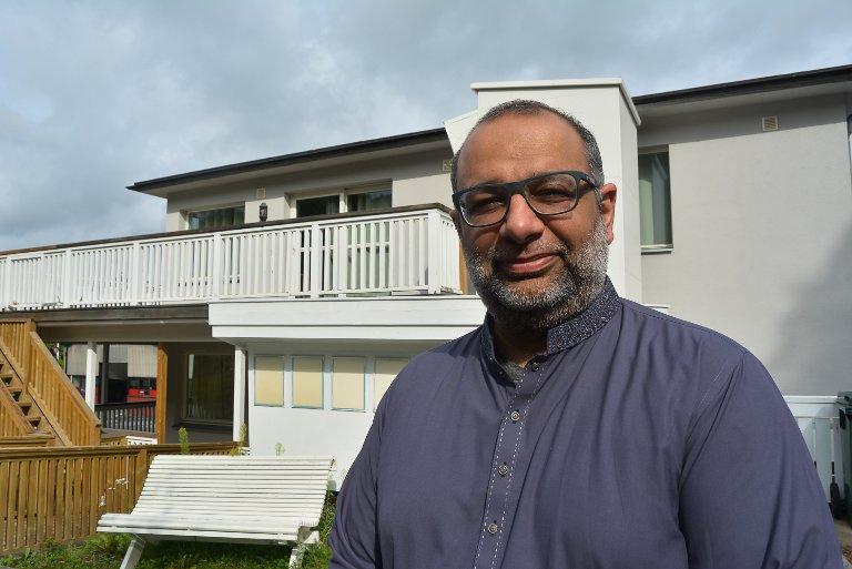 ÅPEN DAG: Shan Salman I. Butt ved Halden Moské vil bidra til å dempe islamfientlighet, blant annet ved å invitere til åpen dag i moskeen.– Det vil skje i løpet av september eller oktober, sier han.
