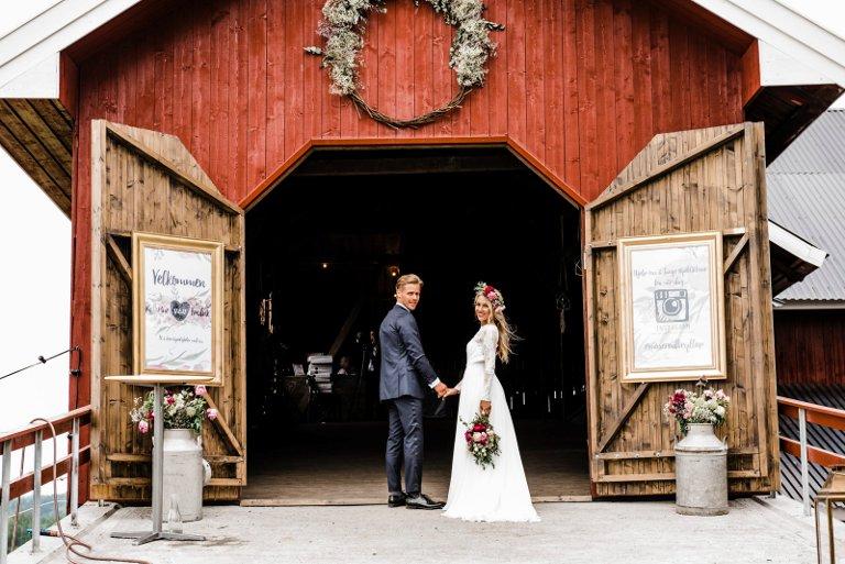Endelig: Fredrik og Kathrine Simensen Moserud på vei inn i låven for å feire bryllupet sitt.