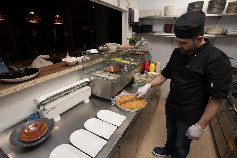 ÅPENT: Gjestene har god innsikt til kjøkkenet fra restauranten. Her er libaneseren Hasse i god gang med dagens retter.