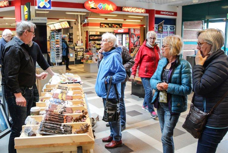 Populært: Det var flere som ønsket å smake på produktene til Nilsen.