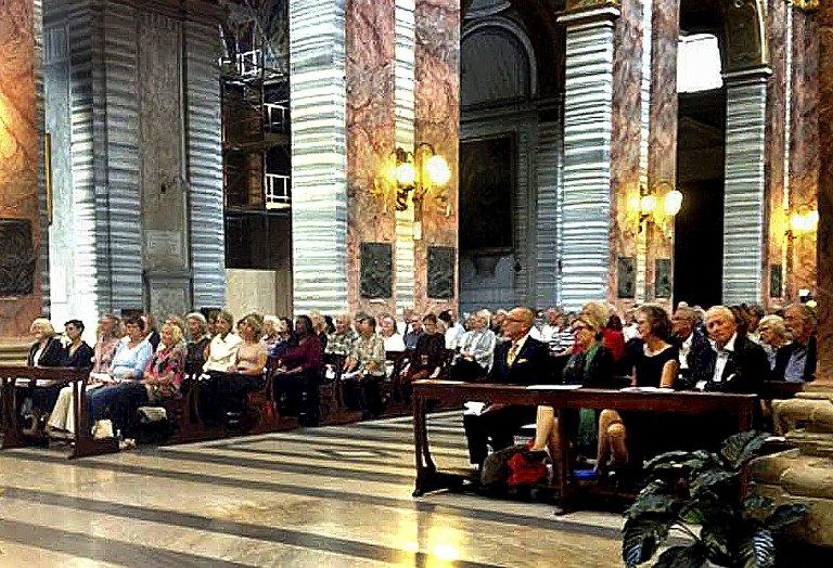 Fullt: Messene knyttet til Olavsalteret er svært godt besøkt. Både fastboende i Roma og tilreisende deltar.