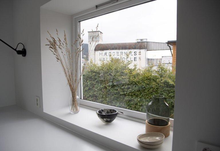 KONTRASTER: – Vi liker å bruke naturlige materialer og skape en litt rå finish til det minimalistiske og glatte, sier Tonje om parets bolig.