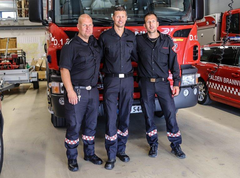 TAR VARE PÅ ANSATTE OG KOLLEGAER: Beredskapsleder Ole Nomell (t.v) og Brannmester David Nilsson er glade for å ha Andreas Stenmark Berger tilbake i jobb på Halden Brannstasjon.