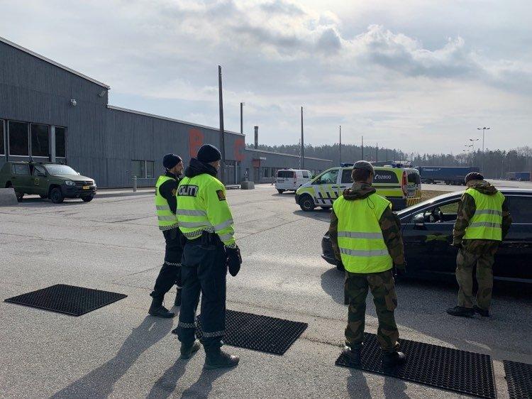 TIL STEDE: Øst politidistrikt og Forsvaret ved Heimevernet kontrollerer persontrafikken på gamle og nye Svinesund.