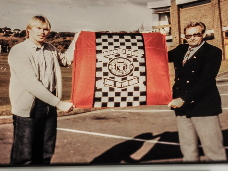 PRØVESPILL Frode Hansen fotografert sammen med FFK-formann Yngvar Wernersen da han fikk prøvespille for Manchester United i 1981.