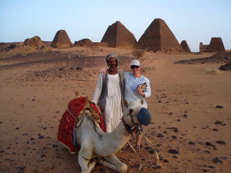 LANG REISE: I snitt tar det 16 timer å komme seg til en destinasjon i Afrika. Men belønningen er stor når du først kommer fram. Cathrine har besøkt 27 av 54 afrikanske land. Her er hun i Sudan.