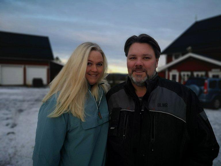 VIL DRIVE VIDERE: Inger Cecilie og Thor Grønnerød forteller at det blir vanskelig for de å drive gården videre om de ikke får økt aktivitetsnivået med nytt ridehus.