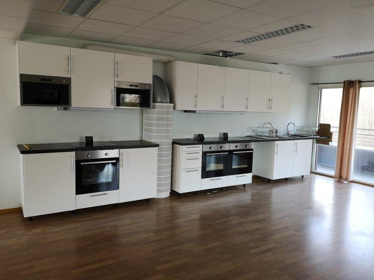 KJØKKEN: Room2Rent satser på kort- og langtidsutleie, og har derfor gjort om konferansesalen til kjøkken og spiserom.
