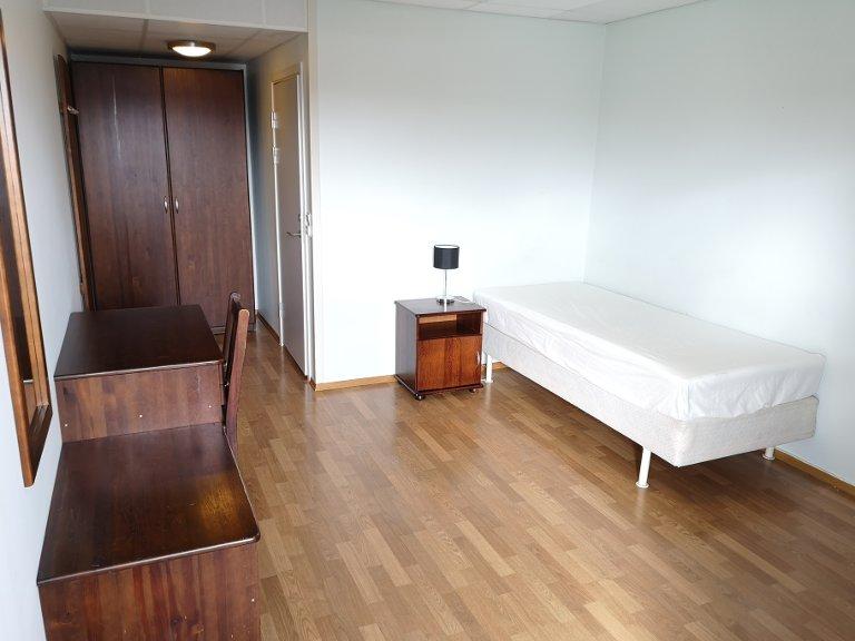 ROM: Motellet har 33 rom, og slik ser et enkeltrom ut. Hvert rom har fått kjøleskap og fryser. Og i det tidligere konferansesalen, har det blitt kjøkken og fellesrom.