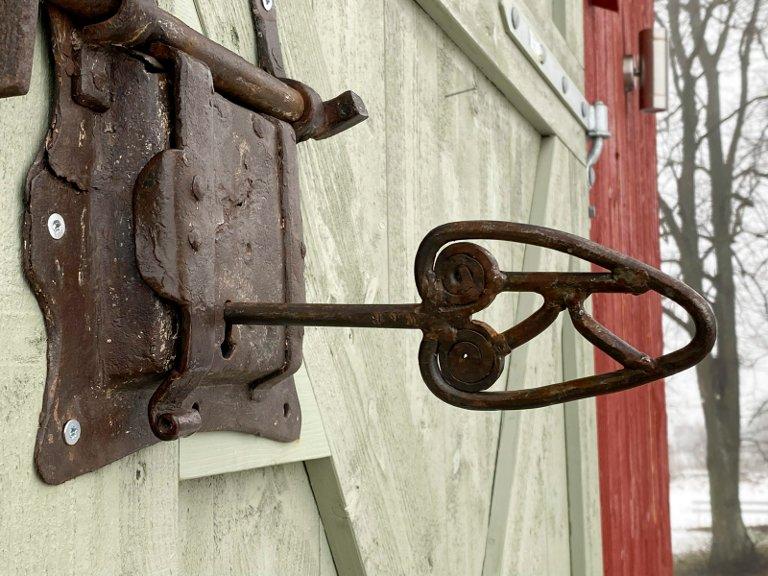 Hver sin: Kathrine og Fredrik har hver sin store nøkkel til låven, med initialene sine.