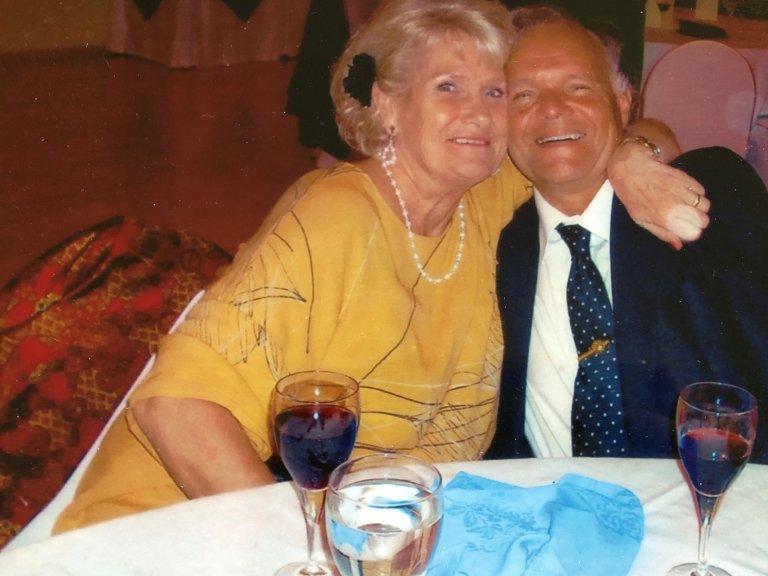 SPANIA: Bildet er tatt i Spania noen år etter at vi møttes. – Se så nyforelska vi er, sier Solveig.