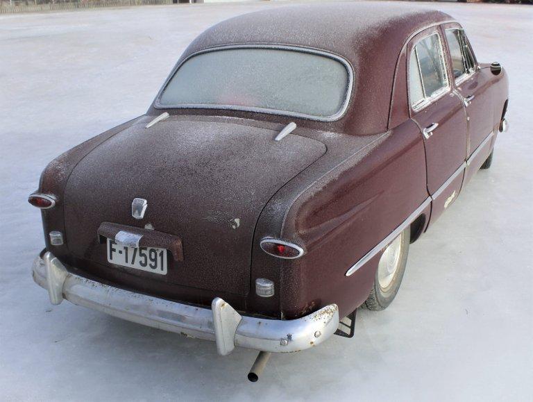 MODERNE DESIGN: I motsetning til forgjengeren som hadde utenpåliggende skjermer, var Ford blitt en moderne bil med rette karosserisider. På Andreas sin bil er det montert rektangulære ryggelys.