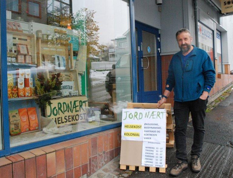 INNGANG FRA JERNBANEGATA: Kristian Viken utelukker ikke at butikken på sikt flytter ned i selve gågata.