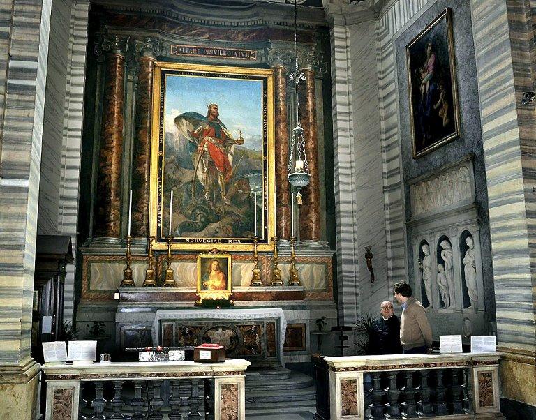 Sidealter: Olavsalteret er et av kirkens sidealtere. Det står nærmest hovedalteret.