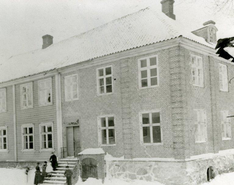 I VINTERSKRUD: Sindinggården i sine yngre dager, da det fortsatt var snø... FOTO: STANGEBYESAMLINGEN, FREDRIKSTAD MUSEUM.