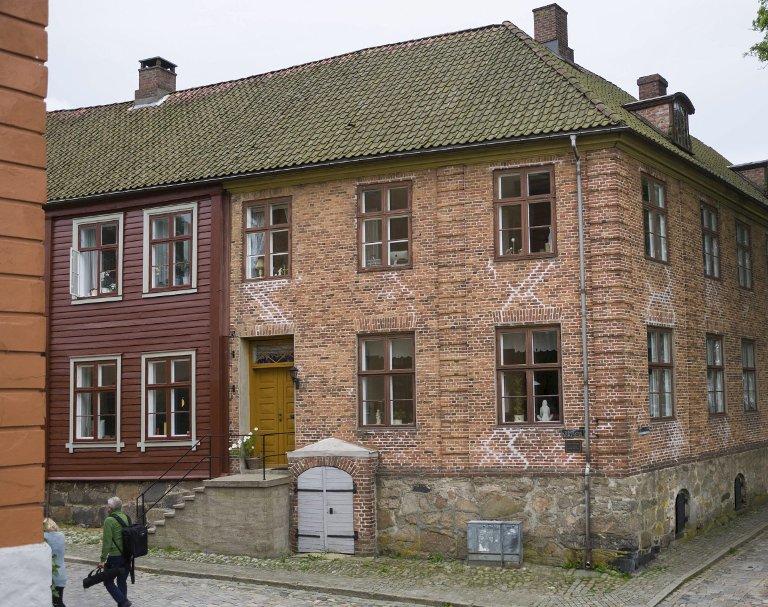 Født 1769: Sindinggården var både apotek og bolig. Apotekdelen til høyre.