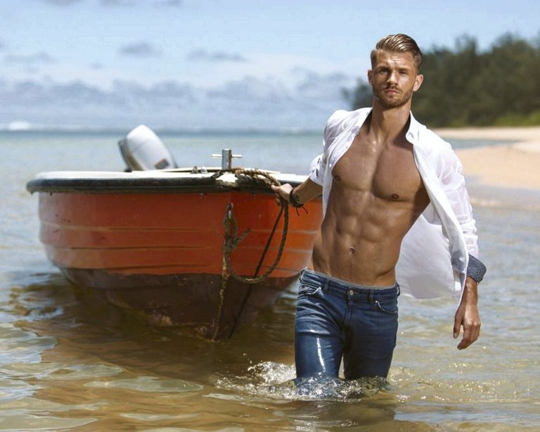 Veltrent: Daniel Pedersen er stram i fisken når han ankommer Mauritius for sin «Ex on the Beach» deltakelse. Foto: TV NORGE
