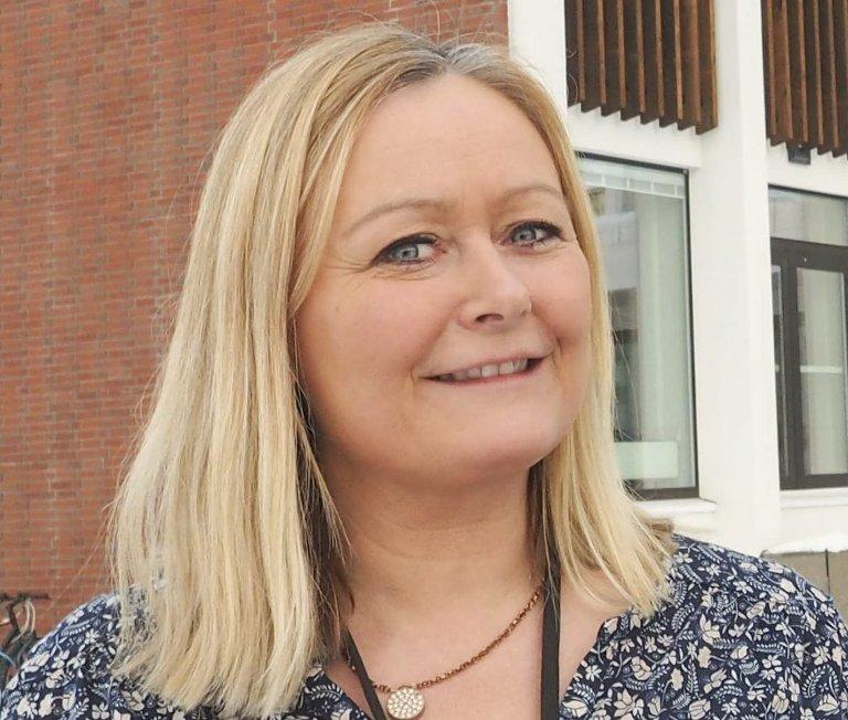 AVVENTENDE: – Elbiler sliter jo også på veinettet, sier Aps Mona Nilsen. Men regjeringens beslutning kom raskt også på henne.