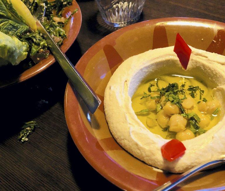 EN VINNER: Hummusen på Feniqia er den beste Camilla noen gang har smakt.FOTO: CAMILLA