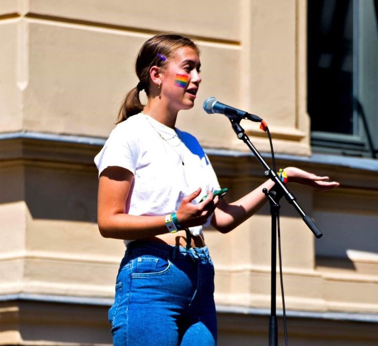 POLITISK AKTIV: Helene holdt appell på Pride-paraden i Tønsberg tidligere i sommer.