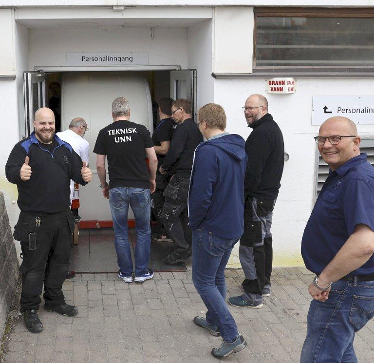 FORNØYD: Her smetter CT'en inn døra, fastslår en fornøyd Jonas Dalbu (t, v.). Nærmest: Seksjonsleder Trond Reinholdtsen.