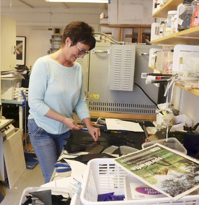 I glassverkstedet: Marit Skog driver med bildekunst og glasskunst. Her er hun i gang med nok et prosjekt på «bakrommet».