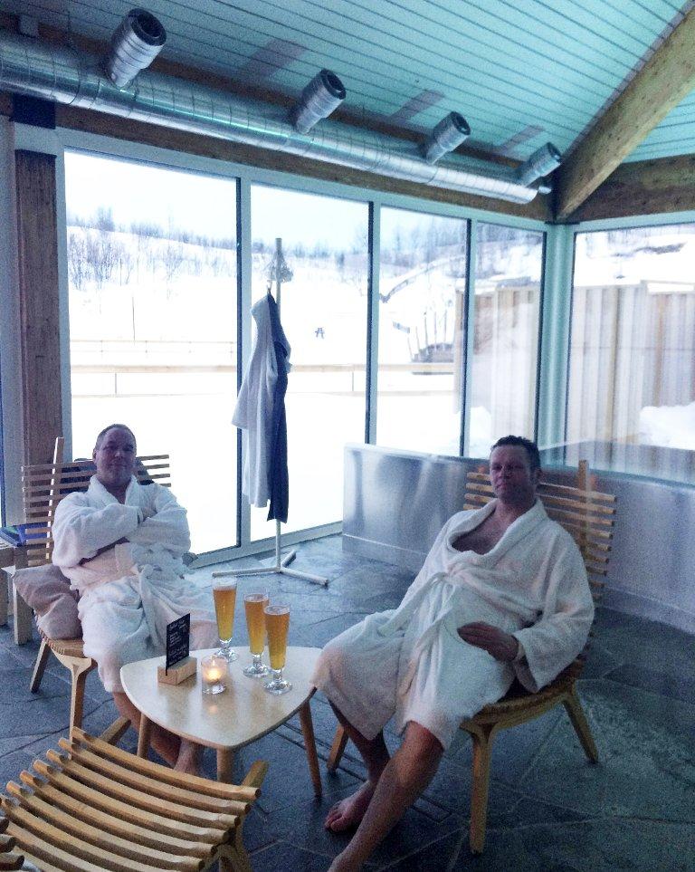 Spa er kjekt etter en lang dag på skuter. Stig Elstad og Jørn Steffenrem nyter livet.