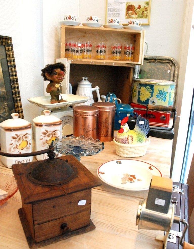BRUKTHJØRNE: Her er det møbler og ting fra brukthandelen til Liens mor.