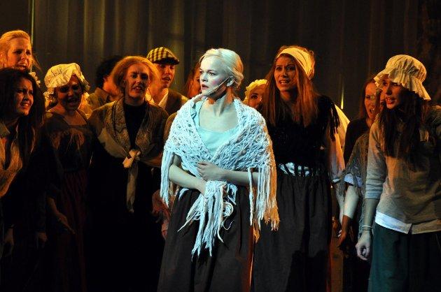 De andre har ikke noe særlig til overs for Fantine (Monica Dybwad) i Les Miserables.