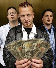 I bakgården til Kevin Kozak (t.v.), fant Tim Crebase (i midten) og Barry Billcliff gamle sedler verdt flere hundre tusen kroner.