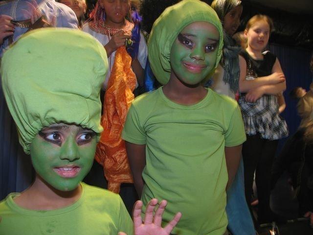 Fra Mars: Gnurk og Soda hadde tatt den lange turen ned fra planeten Mars og til Svarttjern skole. Når de først var her nede på jorden, fikk de samtidig seg en skikkelig rundtur verden rundt. Ossama Bhatti og Negelle Borato med sine grønne klesdrakter fikk seg mange overraskelser.