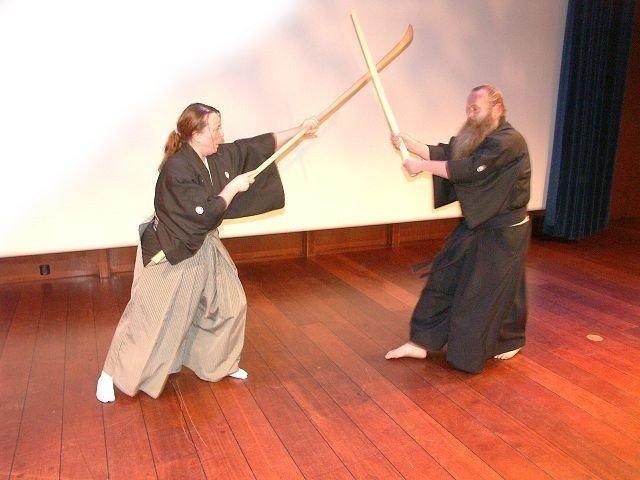 Tron og Kari i nærkamp, Tron med bokken (tresverd), Kari med naginata (hellebard, en lang stav med knivblad i enden).