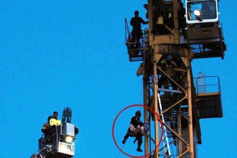 En mann fikk mandag morgen hjertestans i toppen av en 35 meter høy bygningskran på Ryen. Redningsmannsskapene fikk han etter hvert ned ved hjelp av line.