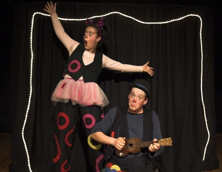 Dunderfot og Frøken Sky er to poetiske og klovnaktige figurer.