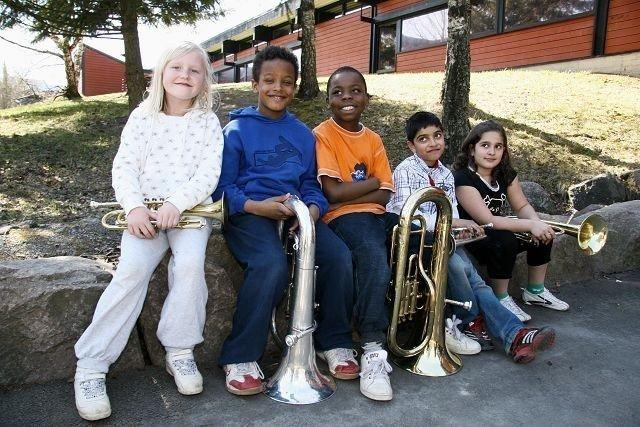 Åtteåringene Josefine, Tomas, Ikem, Ali og Melek gleder seg til 17. mai. Vi skal spille i minst 100 år, sier de.