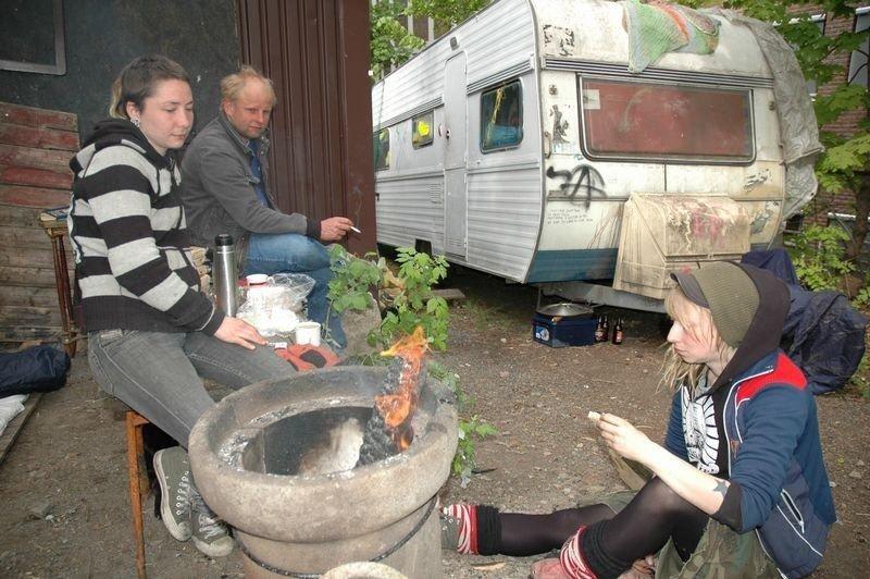 Anine Nonshaugen, Thor og Linda Stormo tar en matbit etter en lang natt med opprydning på den kommunale tomta i Akersveien 26.