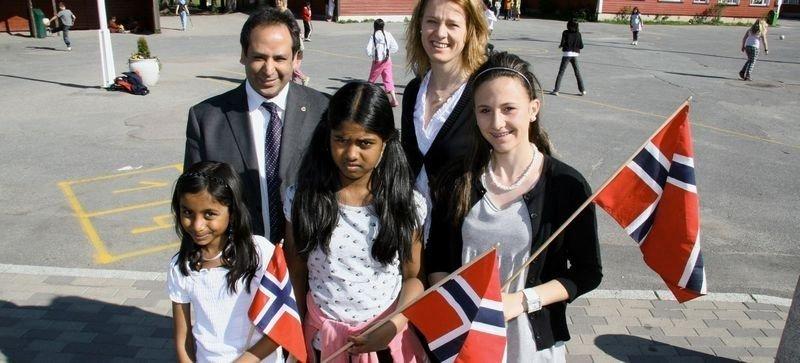 Leder av 17. mai-komiteen Aamir Javed Sheikh og assisterende rektor ved Veitvet skole Katrine Sølvberg med elevene Vibisha (11), Braveena (11) og Mia (13). Vi gleder oss til 17. mai. Da skal vi gå i tog, spise is, møte familie og venner. Vi kan alle sangene vi skal synge. Også vil vi gå med norsk flagg. Det er stas med andre flagg også, men akkurat på Norges nasjonaldag vil vi ha det norske, sier elevene.