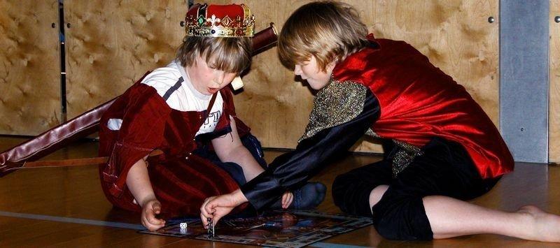 Robin Harald Skjøldt (t.v.) og Jakob H. Gundersen som kortspillende far og sønn i begynnelsen av stykket.