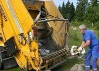 Fortsatt finnes glasskår og annet søppel på friområdene til tross for iherdig rydding de siste dagene.