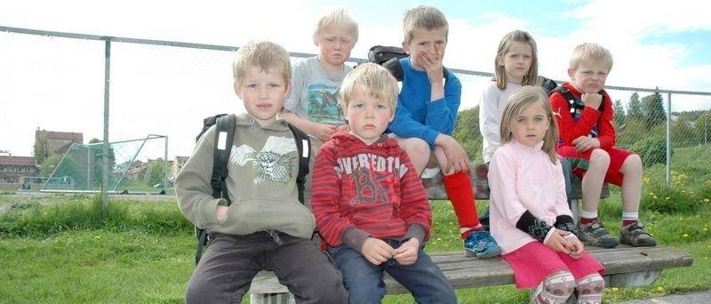 (Foran:) Eivind og Håkon Møen, Karoline Duesund Svendsen, (bak:) Ingvald Orthe, Simen og Celine Wiig og Tobias Orthe, her med Årvoll skole i bakgrunnen. Til høsten splittes de.