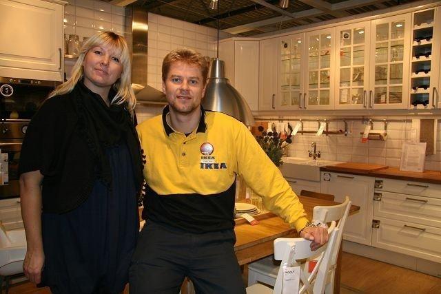Trend- og hjeminnredningsspesialist Camilla Gjerset og assisterende varehussjef Finn Eirik Hinrichsen viser fram kjøkkenet de selger mest av. Folk flest velger fremdeles tradisjonelt hvitt, selv om knallfarger og mørkere farger preger motebildet.