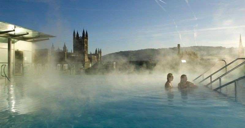 LUFTIG: Det kommer mellom fire hundre og sju hundre gjester til Thermae Bath Spa i uka, men på tross av besøkstallene er det ganske fredelig i de varme badene. Her sees tak-bassenget med Bath Abbey og byens skyline som bakteppe.