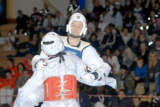 Størst: Lars Ness var sterkest i norgesmesterskapet i taekwondo i helgen. Her har kontroll på sin finalemotstander. alle fOTO: ARE KOLSTAD