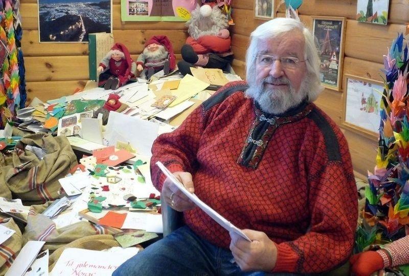 MANGE LANGE LISTER: Julenissens fetter, Tom Kristiansen, har 20 000 brev å åpne før jul. FOTO: Rolf Magnus W. Sæther