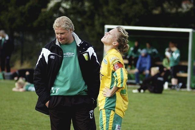Lars Falao håper han fortsatt er MS-trener for et damelag i 1. divisjon i 2009. Her sammen med lagets kaptein Cecila Olofsson.