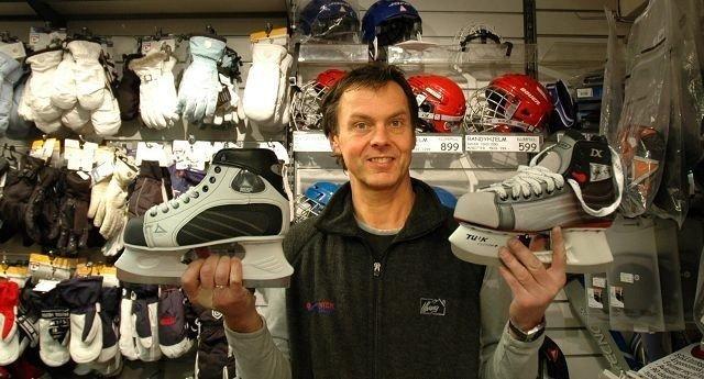 Nils Kjul i Intersport Røa forteller at skøyter er in i vinter. Foto: Fanny Stenmarck