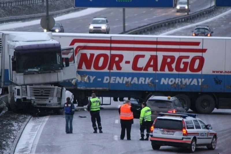 En trailer fra Nor Cargo snurret på E6 like sør bro som går over ved Alna senter klokken 09.15 i morgest.