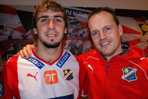 Lucas Pratto signerte i går en forlengelse av avtalen med Lyn. Her med Lyns Sportssjef Rolf Magne Walstad (Foto: Lyn Media)